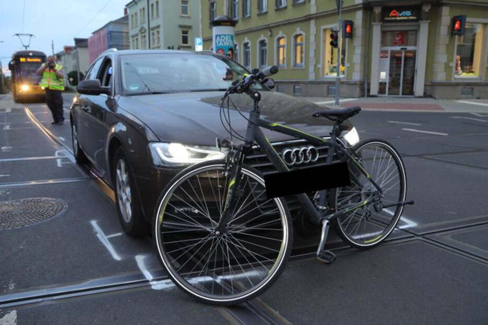 Beim Abbiegen Auto übersehen: Radfahrerin (28) in Dresden verunglückt