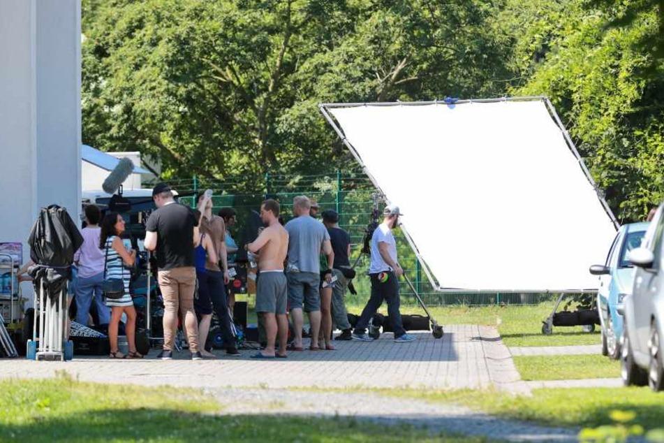 """Das """"Tatort""""-Filmteam bei der Arbeit im Geibeltbad in Pirna. Das Freibad  blieb deshalb am Mittwoch geschlossen."""