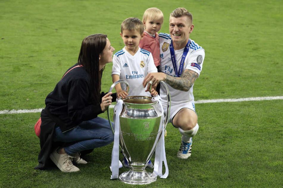 Ein Bild aus glücklichen Tagen: Nach dem gewonnen Champions-League-Finale feiert Toni Kroos mit Frau Jessica und seinen Kindern auf dem Rasen.