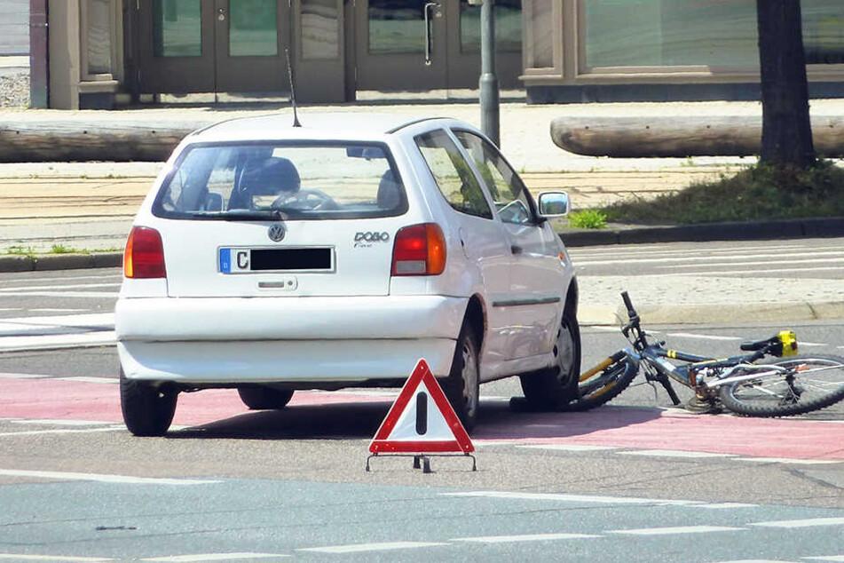 Eine Autofahrerin (87) missachtete eine Radlerin (17) beim Rechtsabbiegen von der Bahnhof- in die Brückenstraße. Zum Glück wurde die junge Frau nur leicht verletzt.