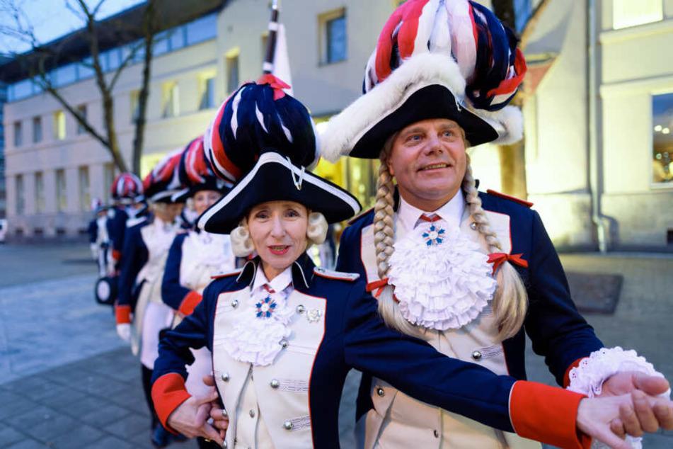 Udo Laurien (r) ist Tanzmariechen der Damengarde Coeln.