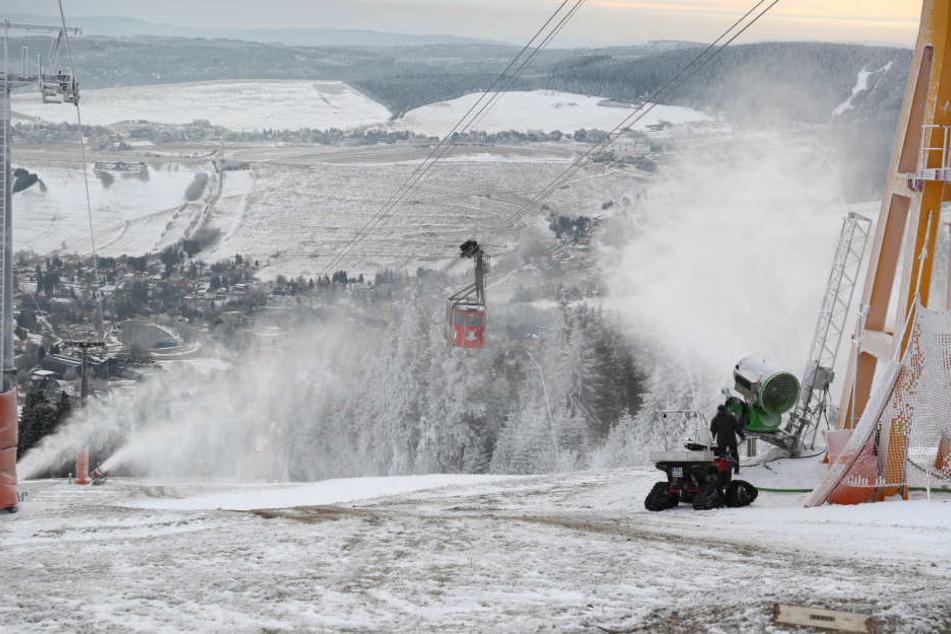 Feuer frei! Schneekanonen pulvern auf dem Fichtelberg
