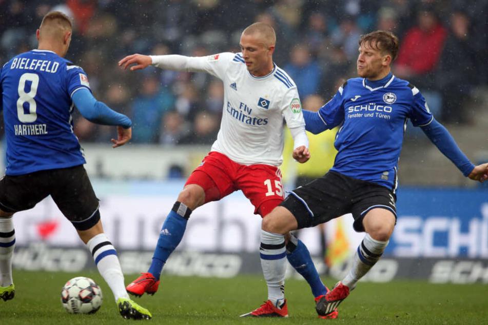 Fiete Arp (Mitte) bekam gegen Arminia Bielefeld wieder ein Chance.