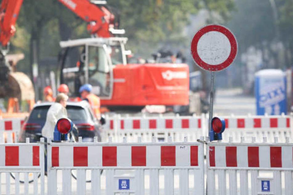 Die Arthur-Hoffmann-Straße muss wegen eines Rohrschadens noch bis kommende Woche vollgesperrt bleiben. (Symbolbild)
