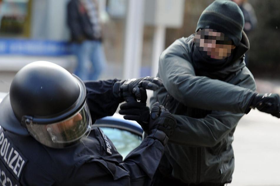 Ein gewalttätiger Demonstrant schlägt in Lübeck einen Polizeibeamten nieder. (Archivfoto)