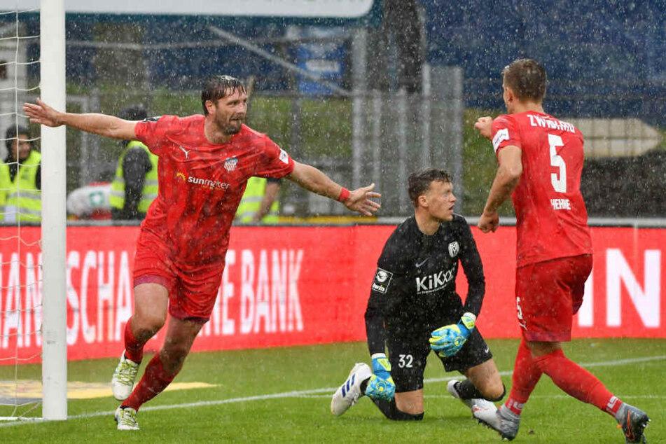 Ronny König (l.) jubelt nach seinem alles entscheidenden Treffer zum 2:0 für den FSV Zwickau beim Liga-Start der Westsachsen in Meppen.