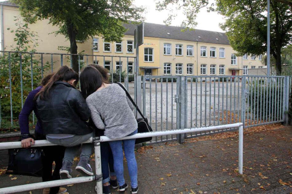 Ein Mann entblößte sich auf einem Schulhof vor zwei Mädchen. (Symbolbild)