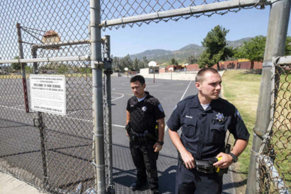 """Polizisten stehen in San Bernadino, Kalifornien, USA, außerhalb der """"North Park""""-Schule und sichern das Gebiet."""