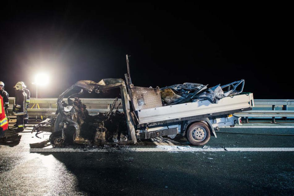 Kleinlaster-Fahrer fährt auf Sattelzug auf: Zwei Tote