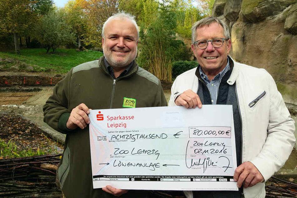 Umbau aus Spenden finanziert: Zoo-Direktor Jörg Junhold (l.) bekam vom  Fördervereins-Chef Michael Weichert einen Scheck über 80000 Euro.