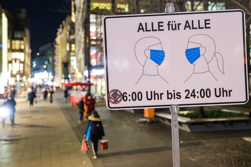 Ein Hinweisschild auf die Maskenpflicht in der Leipziger Innenstadt.