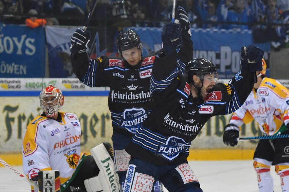 Ville Hämäläinen und Arturs Kruminsch jubeln über das Tor zum 1:0. Links: Goalie Stefan Vajs (Kaufbeuren).