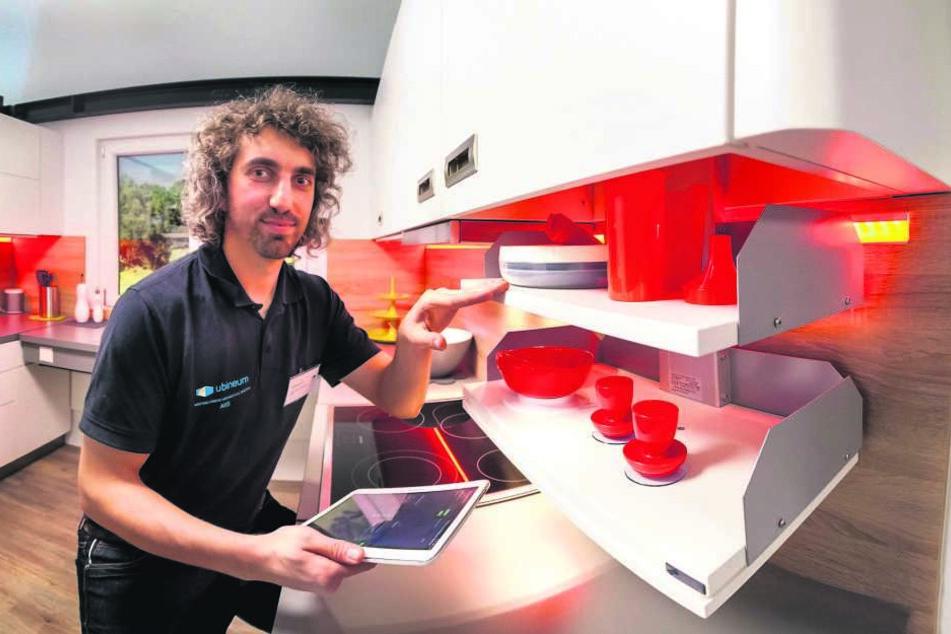 Sebastian Wolf (33) von der Westsächsischen Hochschule steuert per Computer  einen absenkbaren Küchenschrank.