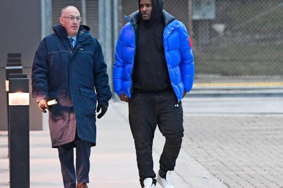 R. Kelly (r) verlässt mit seinem Verteidiger, Steve Greenberg, das Cook County Gefängnis in Chicago.