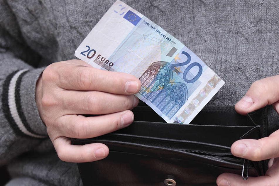 Der Dieb hatte den Rentner nach Wechselgeld gefragt und sich dann im Portmonee bedient. (Symbolbild)