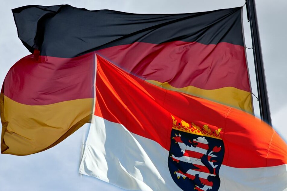 Die Deutschland- sowie die Hessenflagge wurden gehisst - allerdings kopfüber. (Symbolbild/Fotomontage)