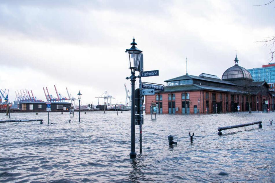 Die Sturmflut am Montagnachmittag überflutete weitere Bereiche um den Hamburger Fischmarkt.