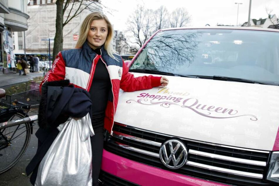 Luna Schweiger vor dem Shopping-Queen-Mobil.
