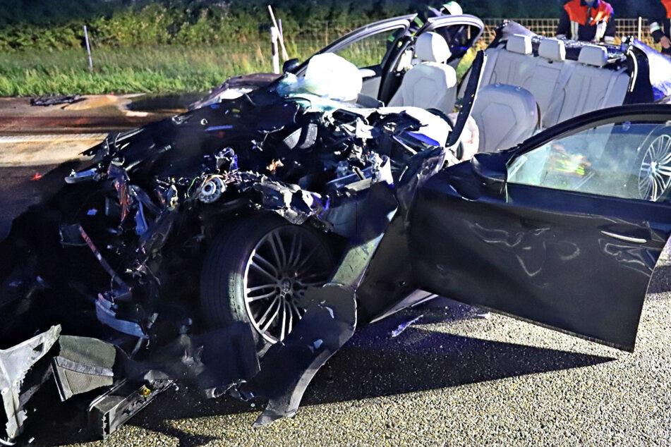 Die alarmierte Feuerwehr musste den BMW-Fahrer nach dem Unfall auf der A7 aus dem schwer beschädigten Auto befreien.