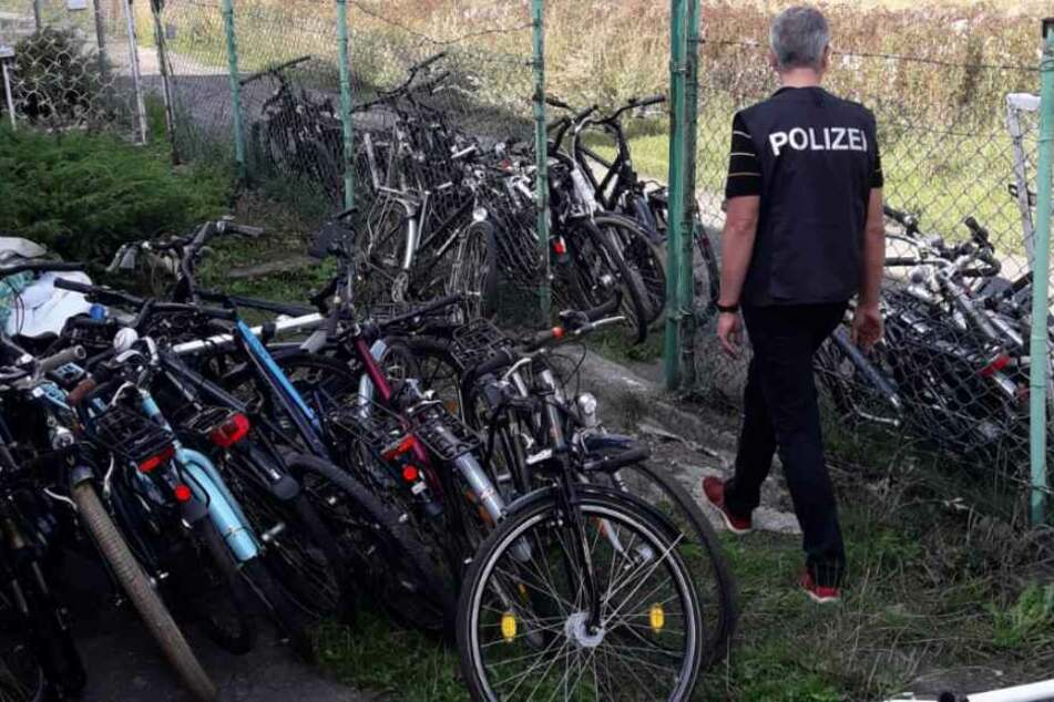 Die Bonner Polizei hat 16 mutmaßliche Fahrraddiebe geschnappt und 161 vermutlich gestohlene Zweiräder sichergestellt.