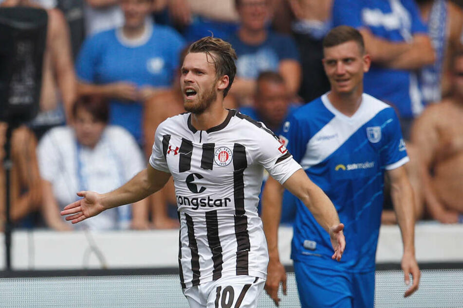 St. Paulis Christopher Buchtmann jubelt über seinen Treffer.