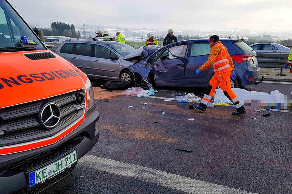 Die beiden Fahrzeuge sind mit voller Wucht frontal ineinander gekracht.