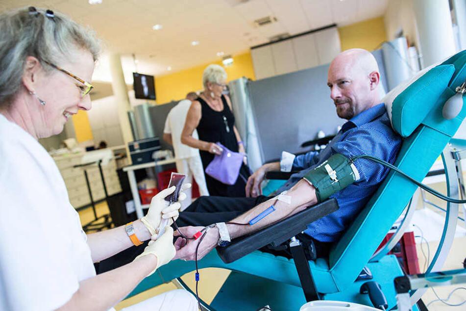 In Brandenburg eher seltener der Fall, aber es rettet Leben: Ein Mann spendet Blut. (Symbolbild)