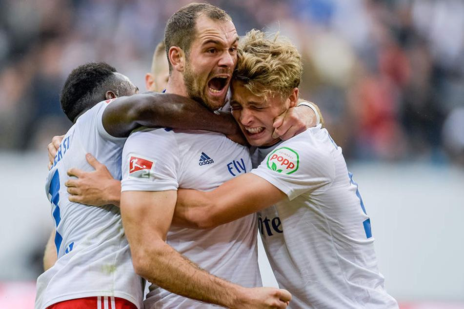 HSV-Stürmer Pierre-Michel Lasogga (M.) musste am Sonntag das Training abbrechen und ist für das Top-Spiel am Montag fraglich.