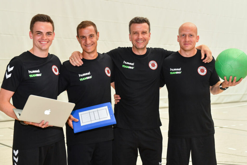 Das Team und Trainer Alexander Waibl (2.v.r.): Scott Till Müller, Co-Trainer Andrea Ebana und Athletik-Coach Goran Mladenic (v.l.).
