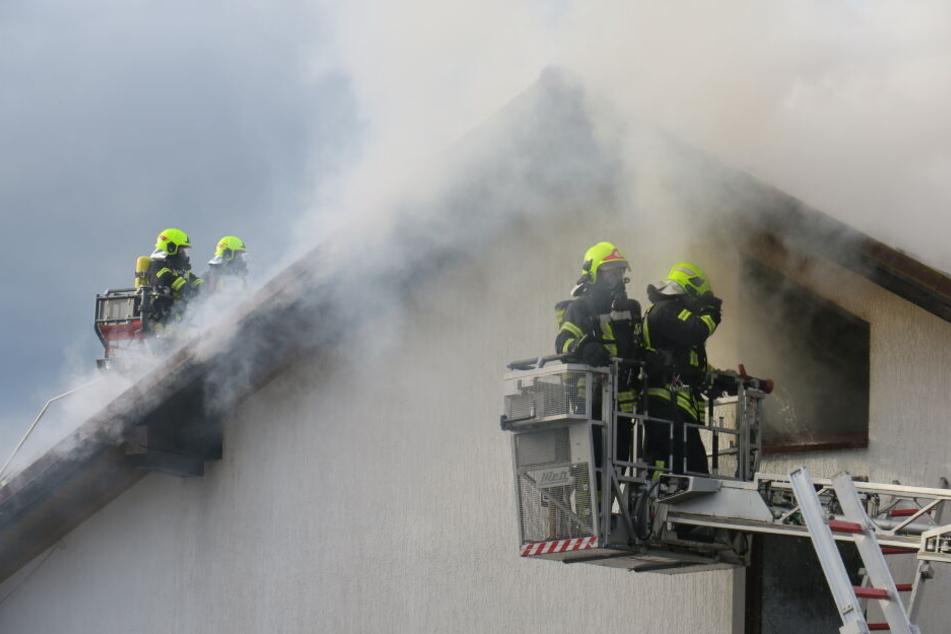 Das Feuer ist nach ersten Informationen im Dachgeschoss der Werkstatt ausgebrochen.
