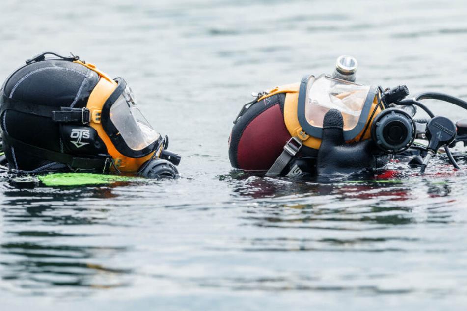 Ein Rettungstaucher fand die Leiche am Grund des Sees. (Symbolbild)