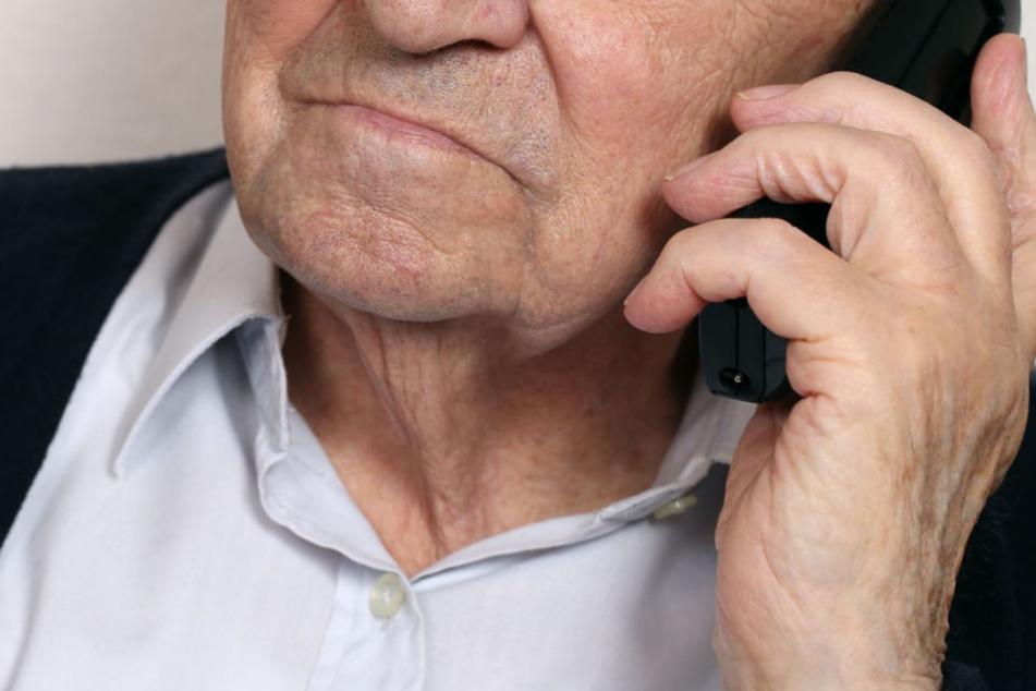 Besonders Senioren werden immer wieder Opfer von Betrügern. (Symbolbild)