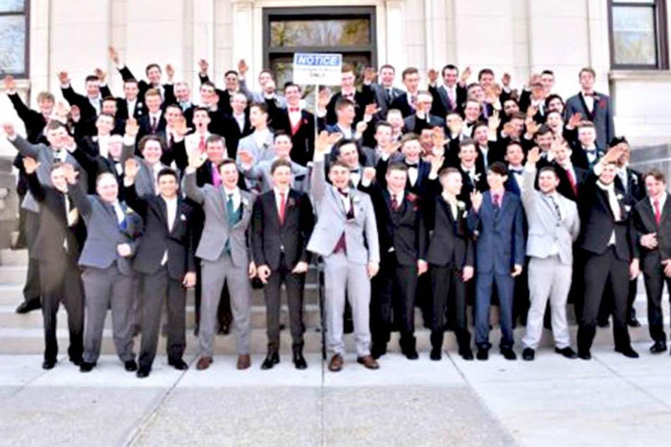 Skandal-Foto! Schüler zeigen gemeinsam den Hitlergruß