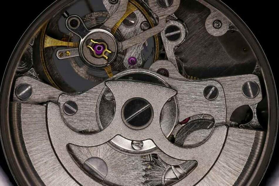Der hier gut erkennbare Anker einer Uhr war eine wichtige Erfindung. Er ermöglicht Uhrwerke, die sich selbst aufziehen, nur durch Armbewegungen.