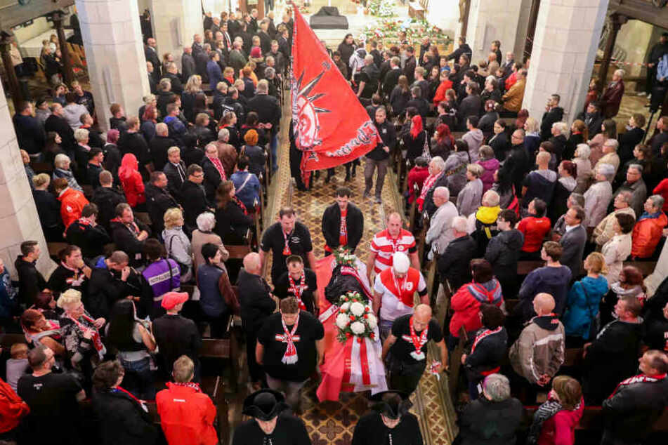 Zahlreiche HFC-Anhänger waren unter den Trauergästen.