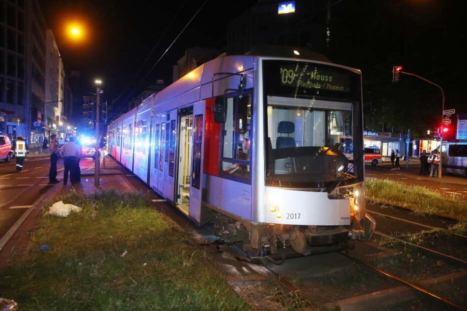 Jugendlicher gerät in Düsseldorf unter Straßenbahn