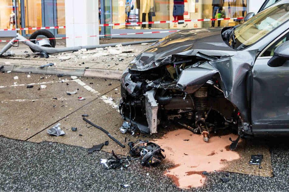 Porsche demoliert Straße und rammt Auto mit Kind an Bord