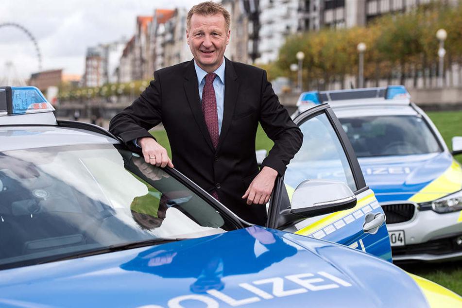 Innenminister Ralf Jäger (SPD) berichtet am Vormittag über die Polizeiaktion auf einer Konferenz in Köln (Symbolbild).