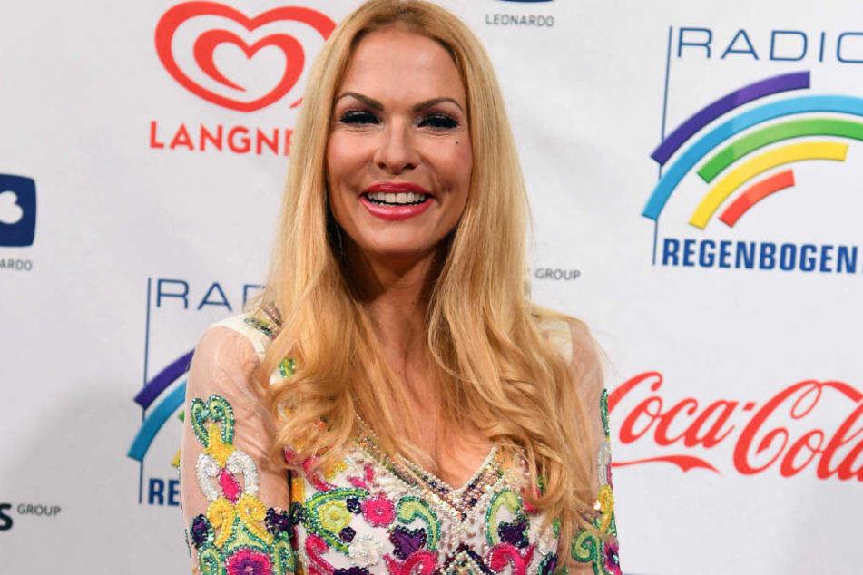 Eines von Sonya Kraus' Markenzeichen sind ihre langen, blonden Haare.