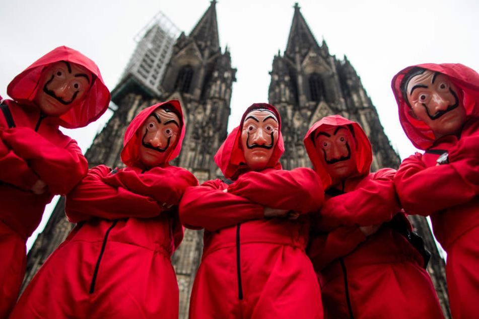 Verkleidetete Bankräuber vor dem Kölner Dom.