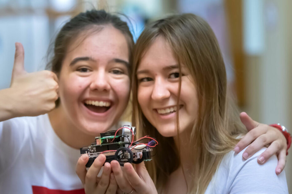 Babora Stolfoua (17) und Misa Nademejnska (17) aus Usti nad Labem (Tschechien) mit ihrem selbstgebauten Roboterauto.