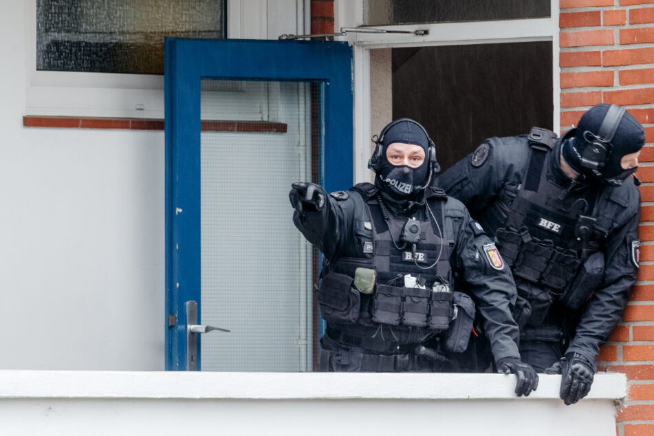 Im März 2020 durchsuchte die Polizei zahlreiche Wohnungen.