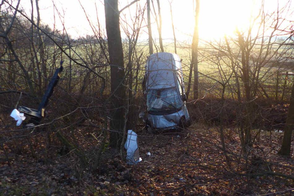 Zwischen den Bäumen waren mehrere Autoteile zu finden.