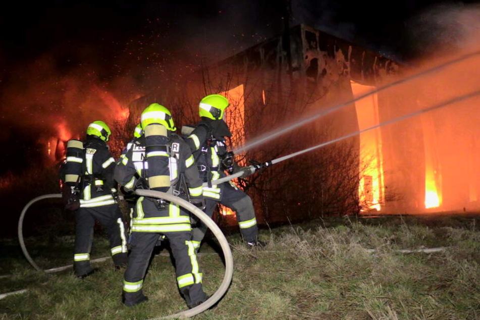 Großbrand: 150 Feuerwehr-Leute kämpfen gegen Flammen in Lagerhalle an