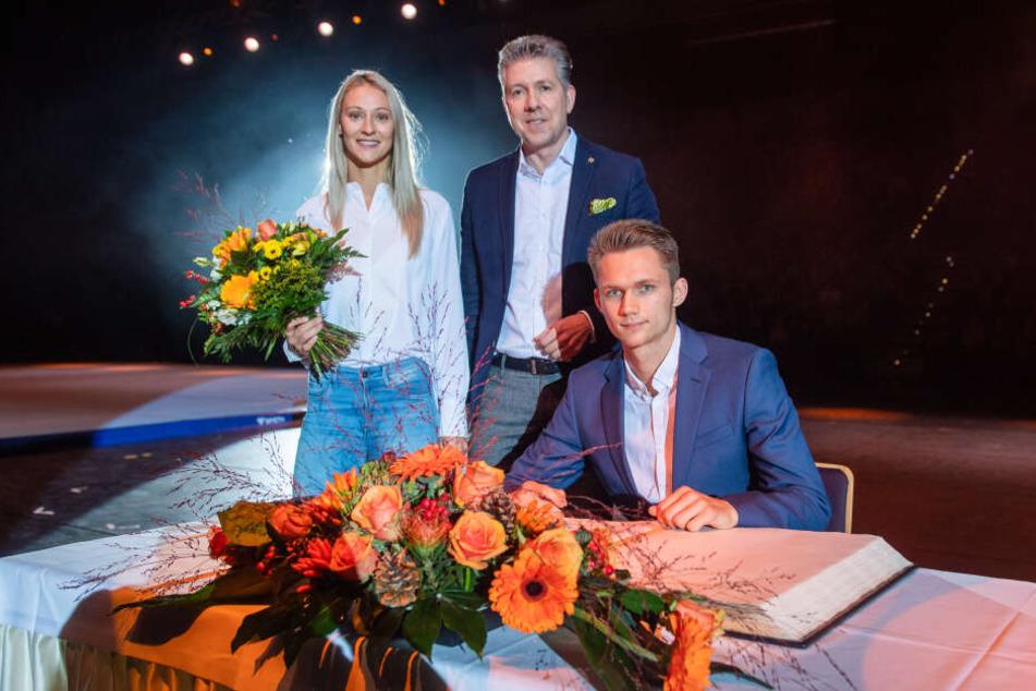Die beiden Leichtathleten Kristin Gierisch (29) und Marvin Schlegel (21, r.) stehen jetzt im Goldenen Buch der Stadt Chemnitz. Bürgermeister Ralph Burghart (49, CDU) nahm die Ehrung vor.