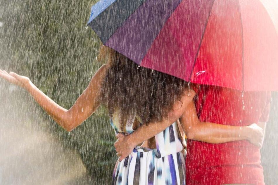 Dazu müssen wir am Wochenende mit einigen Regenschauern rechnen. (Symbolbild)