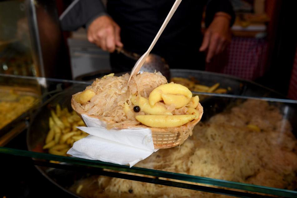 """Eine Waffel als essbare Schale gefüllt mit Schupfnudeln und Sauerkraut steht im Stand """"Altbayerische Spezialitäten"""" auf der Wiesn zum Verkauf bereit."""