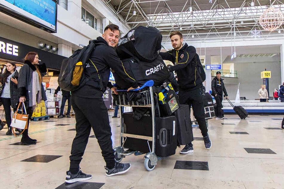 Gute Laune: Sascha Horvath (l.) und Lucas Röser vollbepackt auf dem Airport Antalya.