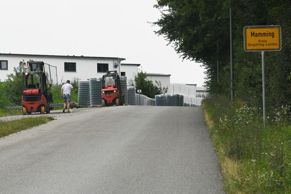 Arbeiter errichten eine Zaun um die Wohngebäude eines Betriebes im Kreis Dingolfing-Landau in Niederbayern, in dem sich Mitarbeiter mit dem Coronavirus infiziert haben.