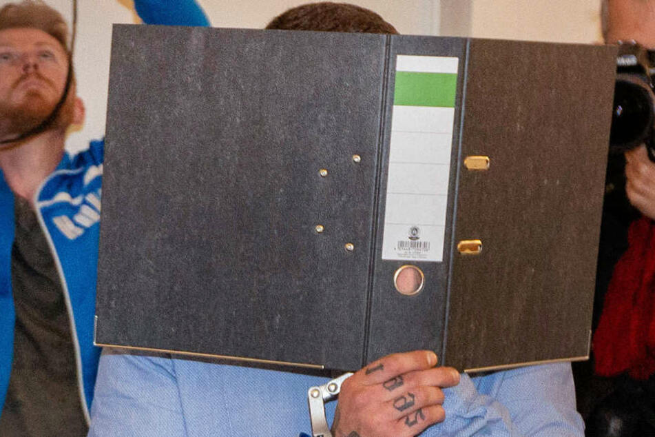 Der Täter hinter einem Ordner bei einem der Prozesstage.